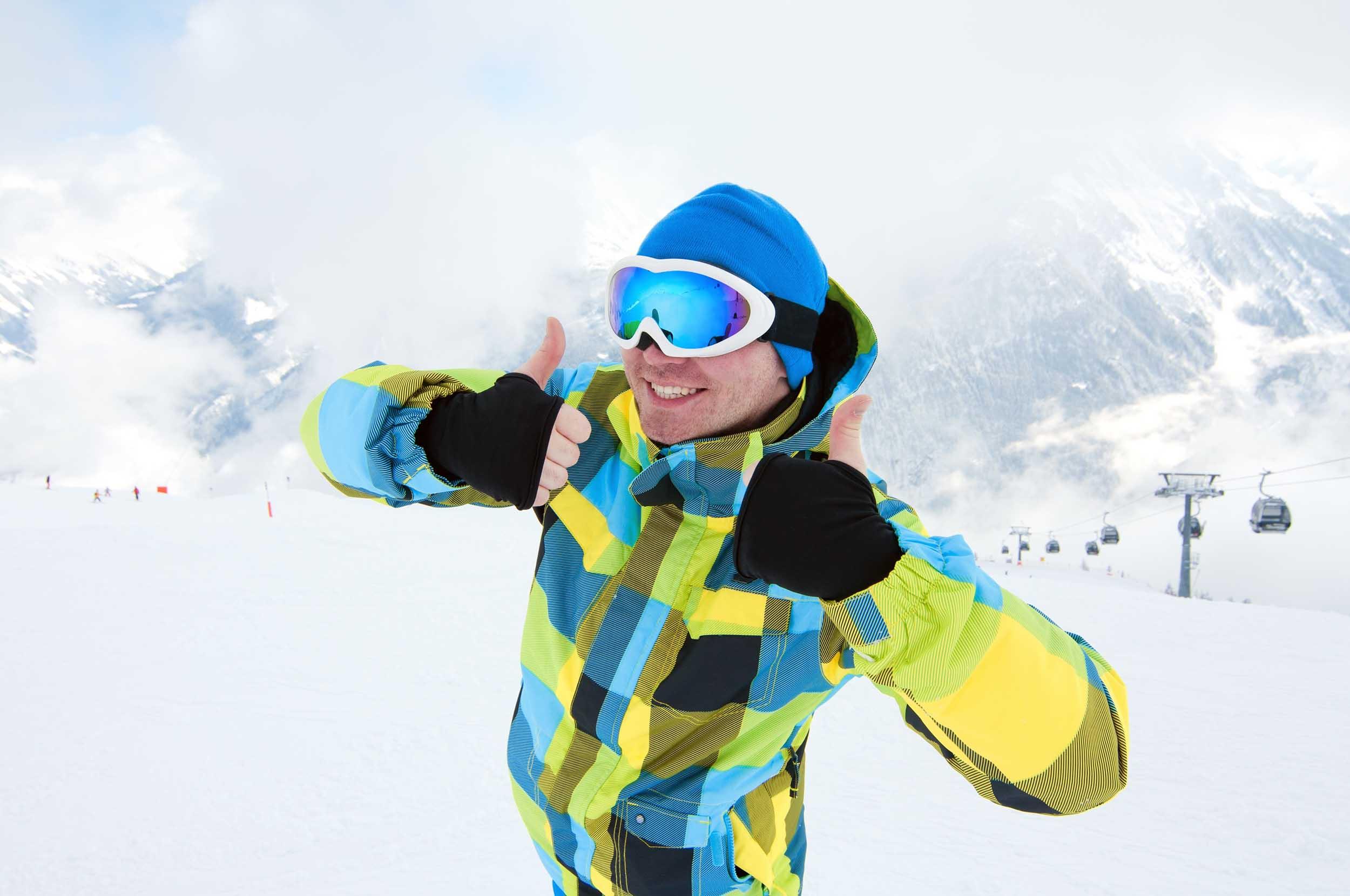 Skieur à la montagne pour nomad attitudd